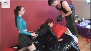 Slave tager kneppet i en tung latex + kvalt